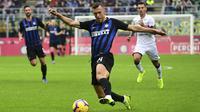Gelandang Inter Milan, Ivan Perisic, menggiring bola saat melawan Cagliari pada laga Serie A Italia di Stadion San Siro, Milan, Sabtu (3/11). Inter menang 5-0 atas Cagliari. (AFP/Miguel Medina)