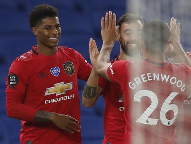 Pemain Manchester United merayakan gol yang dicetak Bruno Fernandes ke gawang Brighton pada laga Premier League pekan ke-32 di Stadion Falmer, Rabu (1/7/2020) dini hari WIB. Manchester United menang 3-0 atas Brighton. (AFP/Alastair Grant/pool)