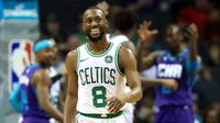 Guard Boston Celtics Kemba Walker mendapat resepsi hangat saat kembali ke markas klub lamanya, Charlotte Hornets, pada lanjutan NBA. (AFP/Streeter Lecka)