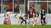 Pemain AC Milan Ante Rebic (kiri) mencetak gol ke gawang Juventus pada pertandingan Coppa Italia di Stadion San Siro, Milan, Italia, Kamis (13/2/2020). Pertandingan berakhir 1-1. (AP Photo/Luca Bruno)