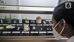 Petugas menunjukkan artefak yang ditemukan saat pembangunan jalur MRT Jakarta fase 2A di kawasan Monas, Jakarta, Senin (31/5/2021). Beberapa sisa tulang-tulang juga ditemukan bukan berasal dari lokasi tersebut. (merdeka.com/Iqbal S. Nugroho)