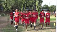 PSM Makassar berlatih di Lapangan Paskhas TNI AU, Yogyakarta, Senin (28/9/2020) petang. (Bola.com/Abdi Satria)
