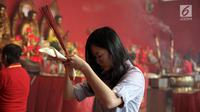 Warga keturunan Tionghoa bersembahyang di Vihara Dharma Bhakti, Petak Sembilan, Jakarta, Jumat (16/2). Perayaan Imlek 2569 tidak hanya dilakukan untuk berkumpul dan makan bersama, tetapi juga diisi dengan sembahyang di Vihara (Liputan6.com/Arya Manggala)