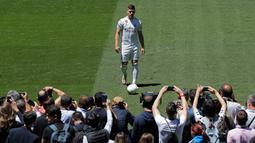 Pemain baru Real Madrid, Luka Jovic berpose di lapangan Santiago Bernabeu, Madrid, Spanyol (12/6/2019). Jovic yang berusia 21 tahun mencetak 17 gol dalam 32 pertandingan bersama Eintracht Frankfurt di Bundesliga. (AP Photo/Manu Fernandez)