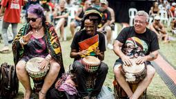 Penggemar musik reggae bermain alat musik jimbe saat memperingati ulang tahun Bob Marley dalam One Love Festival and Rasta Fair di North Beach Amphitheatre, Durban, Afrika Selatan, Minggu (3/2). (RAJESH JANTILAL/AFP)