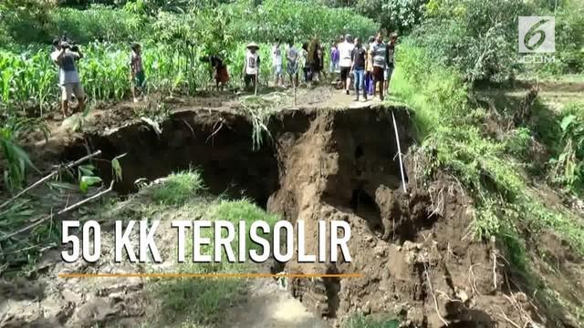 Diterjang hujan deras kurang dari 4 jam, sebuah jalan di Ponorogo, Jawa Timur, amblas dan longsor. Akibatnya, sekitar 50 kepala keluarga di satu dusun terisolir.