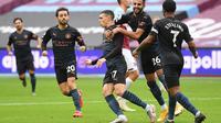 Pemain muda Manchester City, Phil Foden, disambut gembira rekan setimnya setelah berhasil mencetak gol ke gawang West Ham United dalam laga pekan keenam Premier League di London Stadium, Sabtu (24/10/2020). (AFP/JUSTIN TALLIS)