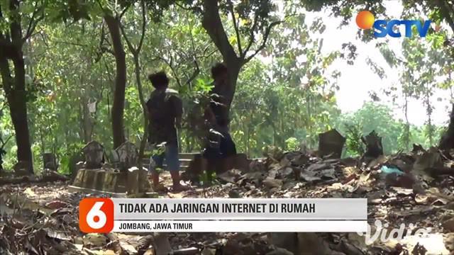 Untuk mendapatkan sinyal internet siswa terpaksa belajar di tempat pemakaman umum, Kondisi ini dialami para siswa di Dusun Ngapus, Desa Sumberaji, Kecamatan Kabuh, Jombang Jawa Timur. Karena tak ada jaringan internet untuk mengikuti sekolah daring.