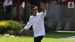 Mantan Menteri Hukum dan HAM Yasonna Laoly tiba di Istana, Jakarta, Selasa (22/10/2019). Yasonna tersenyum dan melambaikan tangan kepada media jelang wawancara calon menteri Kabinet Kerja Jilid II bersama Presiden Joko Widodo. (Liputan6.com/Angga Yuniar)