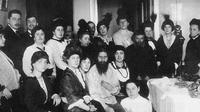 Grigori Rasputin (depan duduk berjanggut) (Wikimedia Commons)