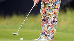 Celana penuh corak dan berwarni-warni yang dikenakan oleh pegolf AS, John Daly selama sesi latihan di Southport, Inggris, 19 Juli 2017. Celana yang digunakan pegolf tersebut bergambar tempat rekreasi dari sejumlah negara. (REUTERS/Hannah McKay)