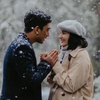 Daffa Wardhana dan Chelsea Islan berpegangan tangan di tengah hujan salju di Australia (Instagram/@daffawardhana)