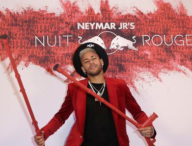 Pemain PSG, Neymar, berpose saat merayakan pesta ulang tahunnya. (AFP/Thomas Samson)