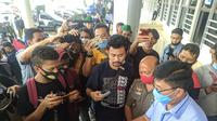 Wakil Ketua DPRD Minahasa, Denni Kalangi saat menandatangi surat pernyataan dengan massa aksi.