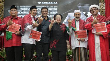 Ketua Umum PDIP Megawati Soekarnoputri foto bersama tokoh agama dan purnawirawan TNI-Polri usai penyerahan KTA PDIP di Jakarta, Selasa (2/4). Megawati menyerahkan KTA PDIP kepada tokoh agama, purnawirawan TNI-Polri, dan akademisi yang menyatakan bergabung dengan PDIP. (Liputan6.com/Faizal Fanani)
