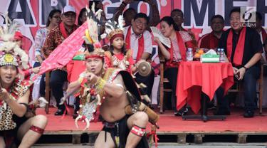 Menko PMK Puan Maharani didampingi politikus PDIP Utut Adianto dan Charles Honoris berbincang pada acara Festival Cap Go Meh 2570 di Seasons City, Jakarta,  Minggu (24/3). Acara ini diikuti komunitas Singkawang. (Liputan6.com/Fery Pradolo)