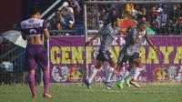 Ugik Sugiyanto membuka gol kemenangan Persis atas Persik 2-1 pada laga ujicoba di Stadion Brawijaya Kota Kediri, Sabtu (27.4.2019). (Bola.com/Gatot Susetyo)
