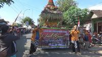 Warga Mojokerto berebut Gunungan Berkah di Makam Syech Jumadil Kubro. (Liputan6.com/Dian Kurniawan)