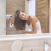 Ilustrasi mengeringkan rambut/copyright shutterstock