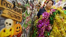 Pembeli memilih pernak-pernik perayaan Natal di Pasar Asemka, Jakarta,Kamis (13/12). Jelang perayaan Natal, sejumlah toko di kawasan tersebut mulai ramai dikunjungi pembeli. (Merdeka.com/Imam Buhori)