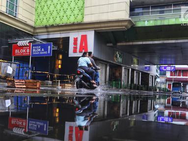 Pengendara motor melintas pada hari ketiga Lebaran di depan Gedung Blok A Pasar Tanah Abang, Jakarta, Jumat (7/6/2019). Selepas Hari Raya Idul Fitri, Pasar Tanah Abang masih tutup dan direncanakan buka pada Kamis (13/6) mendatang. (Liputan6.com/Johan Tallo)