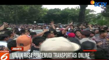 Aksi unjuk rasa sopir taksi online sempat menutup seluruh ruas Jalan Medan Merdeka Selatan menuju Jalan Harmoni.