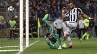 Aksi pemain Juventus, Medhi Benatia saat membobol gawang Gianluigi Donnarumma pada final Coppa Italia di Rome Olympic stadium, (9/5/2018). Juventus menang 4-0. (AP/Gregorio Borgia)