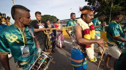Seorang pria berjalan dengan kait yang tertanam di punggungnya saat Festival Thaipusam di Gua Batu, Kuala Lumpur, Malaysia, Senin (21/1). Thaipusam dirayakan pada bulan 'Thai', bulan kesepuluh dalam kalendar Tamil. (AP Photo/ Vincent Thian)