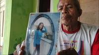 Salah seorang anggota keluarga menunjukkan foto TKI Majalengka Nenah Arsinah yang terancam hukuman mati di Dubai. Foto (Istimewa)