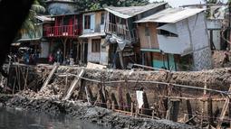 Sejumlah rumah hampir ambruk akibat amblesnya tanah di bantaran Anak Kali Ciliwung di Jalan Lodan Raya, Pademangan, Jakarta, Senin (19/11). Tiga buah rumah dilaporkan ambles. (Liputan6.com/Faizal Fanani)