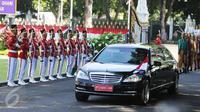 Mobil yang ditumpangi Presiden Afganistan Mohammad Ashraf Ghani saat tiba di Istana Merdeka, Jakarta, Rabu (5/4). Kunjungan tersebut menjadi istimewa karena pertama kali dilakukan oleh Presiden Afghanistan ke Indonesia. (Liputan6.com/Angga Yuniar)