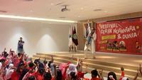 Ariyo Zidni saat menceritakan dongeng ke anak-anak di Festival Cerita Nusantara dan Dunia pada Sabtu (14/9/2019) di Perpustakaan Nasional Indonesia. (dok. liputan6.com/Novi Thedora)