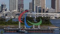 """Kapal penarik memindahkan Simbol Paralimpiade """"Three Agitos"""" yang dipasang di Taman Laut Odaiba, Tokyo pada Jumat (20/8/2021). Paralimpiade Tokyo 2020 berlangsung 24 Agustus hingga 5 September mendatang setelah ditunda setahun akibat pandemi Covid-19. (Yuichi Yamazaki/Pool Photo via AP)"""