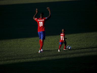 Jackson Martinez diperkenalkan sebagai pemain baru Atletico Madrid di Stadion Vicente Calderon, Madrid, Minggu (26/7/2015). Pemain Kolombia itu di transfer dari FC Porto dengan banderol 35 juta Euro. (Reuters/Susana Vera)