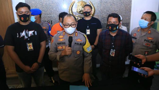 Polisi di Surabaya tangkap pelaku penganiayaan sang pacar di apartemen (Foto: Liputan6.com/Dian Kurniawan)