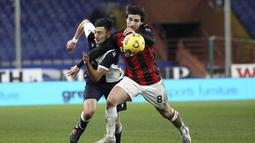 Gelandang AC Milan, Sandro Tonali berebut bola dengan pemain Sampdoria pada pertandingan lanjutan Liga Serie A Italia di Stadion Genoa Luigi Ferraris, Italia, Senin (7/12/2020). AC Milan menang tipis atas Sampdoria 2-1. (Tano Pecoraro/LaPresse via AP)