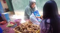 Diana (41) seorang wanita penjual jamu di Malang, Jawa Timur, mendapat keberuntungan di tengah pandemi Corona.
