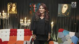 Penyanyi Audy tersenyum usai meluncurkan album terbarunya bertajuk The Best of Audy di kawasan Semanggi, Jakarta, Rabu (4/10). Album terbaru Audy berisikan 17 lagu terbaik dan 17 tahun masa berkarya audy di industri musik. (Liputan6.com/Herman Zakharia)