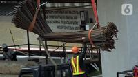 Pekerja menyelesaikan proyek Tol Becakayu di Jalan Ahmad Yani, Senin (26/10/2020). Menteri Ketenagakerjaan Ida Fauziyah mengatakan bantuan subsidi gaji BPJS Ketenagakerjaan gelombang kedua akan cair pada awal November 2020. (Liputan6.com/Johan Tallo)