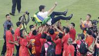 Pelatih Persija Jakarta, Stefano Cugurra Teco, diangkat pemain saat selebrasi juara Liga 1 di SUGBK, Jakarta, Minggu (09/12). Persija Jakarta menang 2-1 atas Mitra Kukar. (Bola.com/M Iqbal Ichsan)