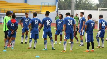 Para pemain Persib Bandung berlatih di bawah asuhan Mario Gomez