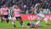 Gelandang Juventus, Sami Khedira, berusaha membobol gawang Palermo. Selaku tuan rumah Si Nyonya Tua lebih menguasai jalannya laga dengan presentase penguasaan bola mencapai 55 persen. (EPA/Alessandro Di Marco)