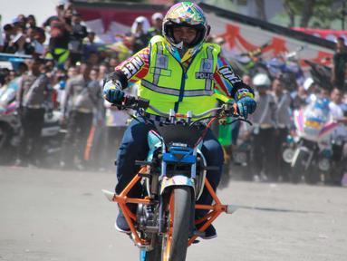Aksi freestyle motor saat menghibur warga selama kegiatan Millenial Road Safety Festival Gorontalo, Minggu (10/2). Atraksi freestyle tesebut untuk memeriahkan acara Millenial Road Safety Festival . (Liputan6.com/Rahmad Arfandi Ibrahim)