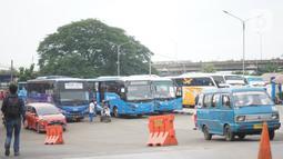 Angkutan umum (angkot) menunggu penumpang di sekitar Terminal Depok, Jawa Barat, Kamis (30/1/2020). Kepala Dishub Depok, Dadang Wihana mengatakan, pada tahun 2019 telah berhasil mengumpulkan retribusi terminal sebesar Rp1.288.000.000. (Liputan6.com/Immanuel Antonius)