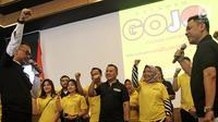 Plt Ketua DPD Golkar DKI Agus Gumiwang Kartasasmita (kiri) memberi sambutan saat peresmian relawan Golkar Jokowi atau Gojo di Jakarta, Jumat (16/3). Partai Golkar membentuk kelompok relawan Gojo jelang Pilpres 2019. (Liputan6.com/Herman Zakharia)