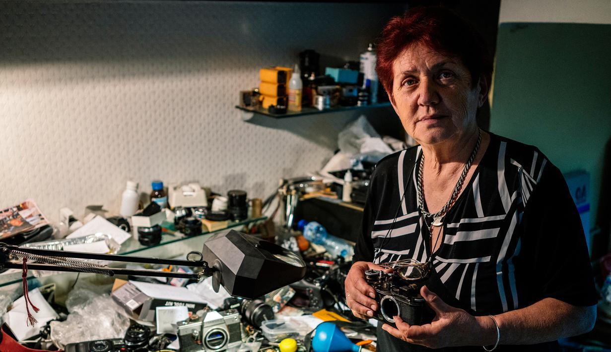 Spesialis reparasi kamera analog, Vessela Draganova berpose di bengkel kecilnya di Sofia, Bulgaria, Selasa (24/4). Vessela Draganova telah memperbaiki kamera selama 48 tahun. (AFP PHOTO/Dimitar DILKOFF)