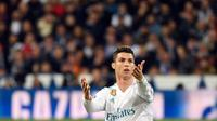 Aksi pemain Real Madrid, Cristiano Ronaldo menendang sepatunya ke udara setelah dijatuhkan oleh bek Juventus, Stephan Lichsteiner pada leg kedua babak perempat final Liga Champions di Santiago Bernabeu, Rabu (11/4). (PIERRE-PHILIPPE MARCOU/AFP)