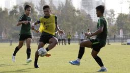 Pemain Timnas Indonesia U-23, Osvaldo Haay, berebut bola  saat latihan di Lapangan G, Senayan, Rabu (6/11). Jelang SEA Games 2019, Timnas Indonesia U-23 terus pertajam transisi pemain. (Bola.com/Yoppy Renato)
