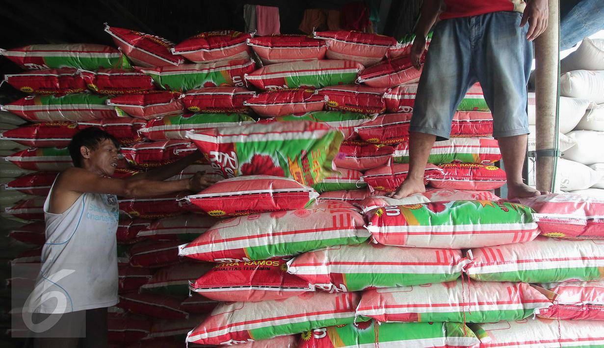 Pekerja menata karung beras di  Pasar Induk Cipinang, Jakarta, Selasa (5/1/2016). Pasokan dan harga beras di Pasar Induk Cipinang pada awal 2016 masih stabil. Stok beras di gudang saat ini sekitar 40 ribu ton. (Liputan6.com/Angga Yuniar)
