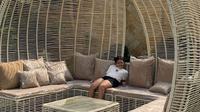 Nyaman dan Asri, Ada Tempat Tidur Rotan di Halaman Belakang Rumah Krisdayanti, (dok.Instagram @krisdayantilemos/https://www.instagram.com/p/CFGJXgrAM_L/Henry)